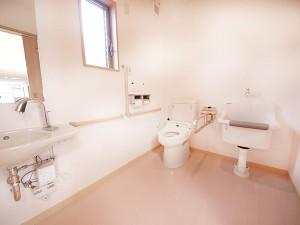 共有トイレ   介護用トイレを各部屋・各フロアに設置しております。  ※ナースコール(24時間対応)